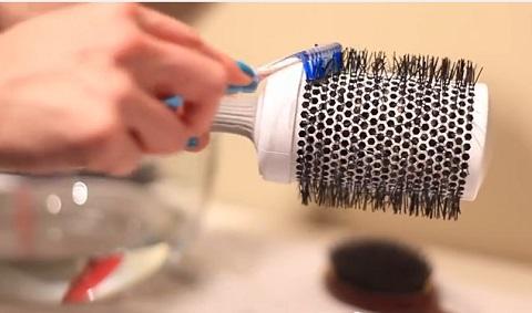 Les brosses rouleau à brushing peuvent aussi être dépoussiérée et nettoyée à l'aide d'une brosse à dent imprégnée d'une solution nettoyante.