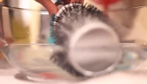 Comment nettoyer et désinfecter ses accessoires/matériel de coiffure, brosse à cheveux, peigne, barrettes, élastiques, chouchous...