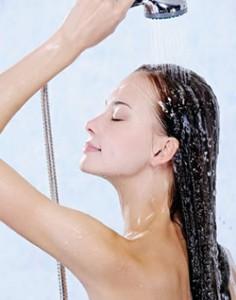 eau chaude ou froide quelle temp rature choisir pour bien laver ses cheveux. Black Bedroom Furniture Sets. Home Design Ideas