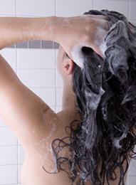 Shampooing cheveux boucl s secs laver ses boucles sans for Laver ses vitres sans trace