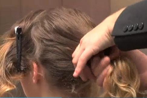 """Tutoriel chignon flou, """"fouillis"""", avec trosades pour cheveux bouclés, frisés ou ondulés."""