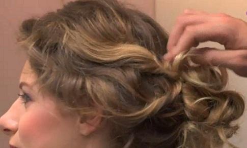 """Chignon flou, """"fouillis"""", avec torsades pour cheveux bouclés, frisés ou ondulés"""