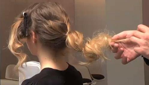 tutoriel-chignon-flou-fouillis-cheveux-boucles-etape