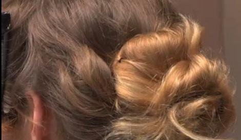 tutoriel-chignon-flou-fouillis-cheveux-boucles-fixation2