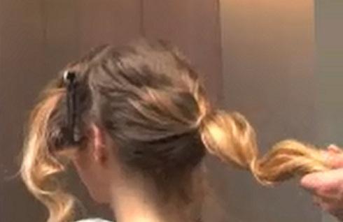 """Tutoriel chignon flou, """"fouillis"""" avec torsades pour cheveux frisés, bouclés, ondulés"""
