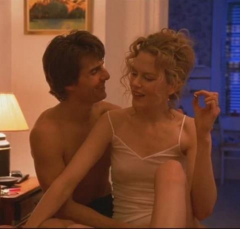 """Boucles sensuelles et chignon flou dans le sulfureux """"Eyes Wide shut"""" en 1999."""