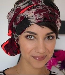 Opération camouflage comme la blogueuse Coline qui enroule un maxi foulard autour de ses cheveux courts et le noue d'une boucle sur le côté.