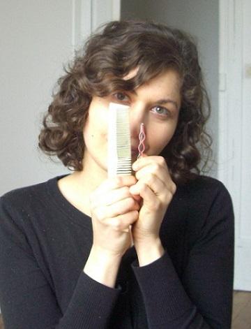 Des pinces plates larges et un peigne en corne à dentition large et fine suffisent pour bien se coiffer !