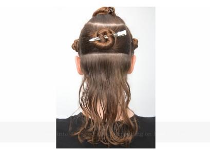 Divisez la chevelure en 4 à 8 sections, selon votre épaisseur.