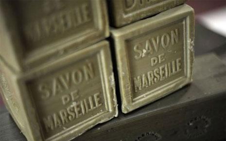 Le vrai savon de Marseille se reconnaît à sa couleur et son sceau officiel. Il ne contient que 4 ingrédients.