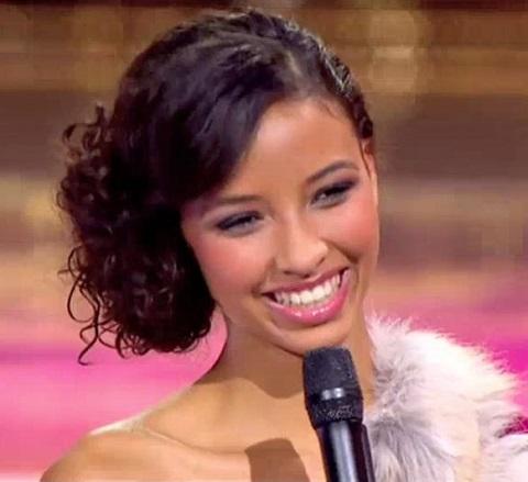 Joli chignon sur le côté bouclé porté par Flora Coquerel, Miss France 2014