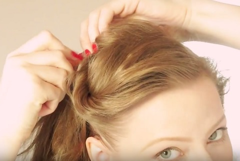 attacher ses cheveux boucl s style pin up pour r hausser d coller le volume en racine. Black Bedroom Furniture Sets. Home Design Ideas