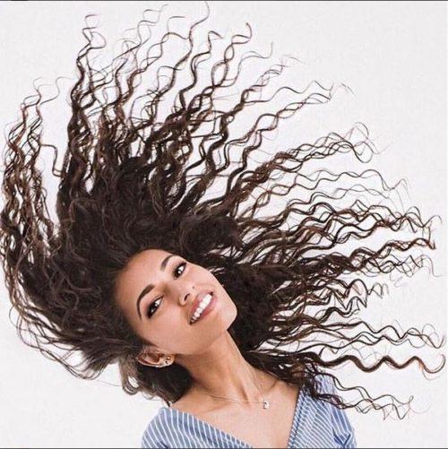 Cheveux bouclés : 7 erreurs à éviter pour de belles boucles